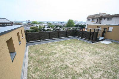 屋上庭園のある三階建て